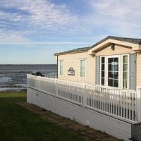 Sea Front Idyllic 2-Bed Chalet in Rochester