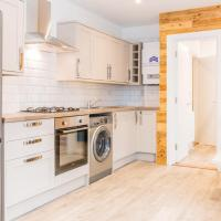 Fresh and Modern bright 2 bedroom first floor apartment, hotel in Southsea