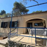 Holiday House Pina: rustical house in peaceful bay, hotel near Losinj Airport - LSZ, Cunski