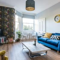 Stunning flat minutes from the beach & trains!