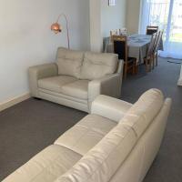 'The Rockingham' 4 double beds, Netflix TVs, WIFI, parking