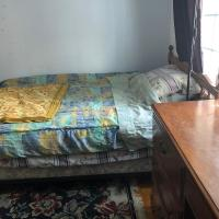 Large room in a house minutes to Montreal, hotel em Brossard