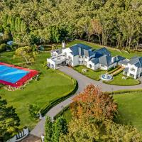 European Inspired Palatial Chateau With Champion Sized Tennis Court, Indoor Pool & More, hotel em Dural