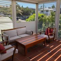 Casual luxury 3br duplex walk to beach North Curly, hotel in Curl Curl