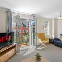Central Townhouse with Free 2 space Parking, fast 50Mbps Wifi and Netflix, also Full Kitchen Washer and dryer with Balcony