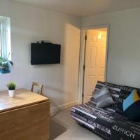 Small Modern Comfortable 2 Bedroom Apartment cmyr