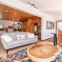 Beautiful 4 seasons Chalet on a serene private lake with gorgeous views, hotel em Val des Monts