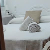 Apartamentos Bolonia, hotel in Bolonia
