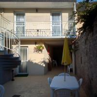 Studio avec terrasse commune, proche de la mer