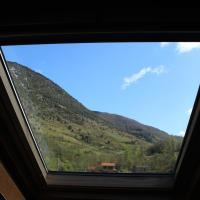 Maison de charme calme entourée de montagne, hotel in Ussat