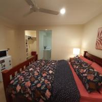Room with ensuite near Northlakes shopping centre, hotel em North Lakes