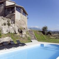 Villa in Gironella Sleeps 12 with Pool, hotel en Gironella