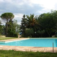 Villa with 4 bedrooms in Mogliano with private pool enclosed garden and WiFi 23 km from the beach, hotell i Mogliano