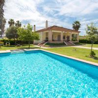 Amazing home in Los Palacios with Outdoor swimming pool, WiFi and 3 Bedrooms, hotel in Los Palacios y Villafranca