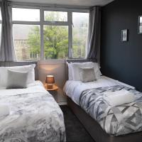 Large Modern Contractor House - FREE Parking - Staycations Welcome by ComfyWorkers