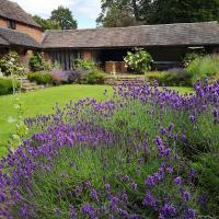 4-Star Lupin Cottage at Boningale Manor (for Vacation or Longer Let), hotel in Wolverhampton