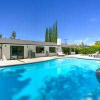Luxe Resort-Style Living - Heated Pool & Fireplace home, hotel in Woodland Hills
