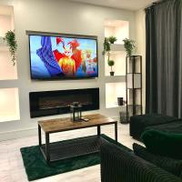 Immaculate Modern Home with parking - Sleeps 8 -