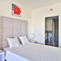 Room in Apartment - Bright apartment in the Rigaud by Altissimo residence, hotel em Rigaud