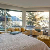 Luxury Oceanside Villa l Private Beach Access, hotel em Cobble Hill