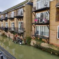 Penthouse Waterfront Apartment - St Neots, hotel in Saint Neots