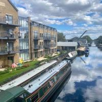 New Canal-Side Apartment with Private Terrace!, hotel in Uxbridge