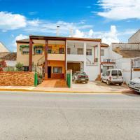 Comfy Villa in Fuente Vaqueros with Terrace, hôtel à Fuente Vaqueros près de: Aéroport de Grenade-Federico García Lorca - GRX