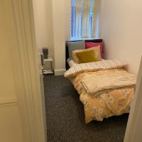 Tiny Room for Solo Traveller with single bed close to Luton Airport and Town