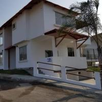 Casa de playa con piscina propia frente al mar en urb Punta Don Juan, hotel em Jama