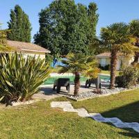 Dépendance dans une villa de 2800m2 avec piscine, hotel in Parentis-en-Born