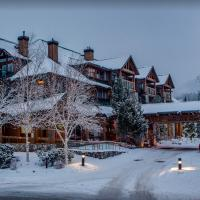 Beautiful 2 bedroom overlooking Whistler's Green Lake and Mountains!, hotel em Whistler