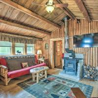 Charming Lakeside Cabin with Deck and Shared Dock!, hotel em Pittsburg