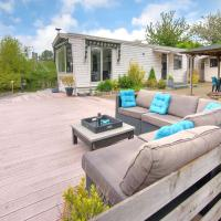 Tranquil Holiday Home in Ooltgensplaat near Lakebeach and boat dock