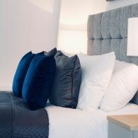 Luxurious 2 Bed apartment - estuary views, close to the beach & docks.