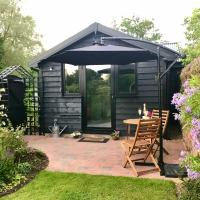 Melford Allotment Shed Suffolk self catering Acc., hotel in Long Melford