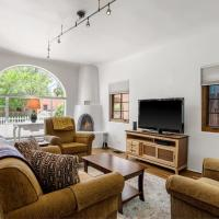 Casa O'Keeffe - Five-Minute Walk to The Plaza, Quiet Neighborhood, Comfort and Convenience