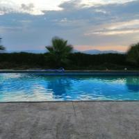 Chalet con piscina 2 dormitorios, hotel in Molina de Segura