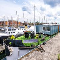 Luxury 5 Bed House Boat, 5 En-suites, Parking, Netflix, Nearby Restaurant and Bar