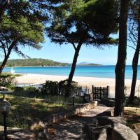 Casa ponentne Villetta Fronte mare con accesso in spiaggia, hotell i Porto Taverna