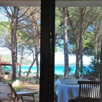 Casa maestrale Villetta Fronte mare con accesso in spiaggia, hotell i Porto Taverna