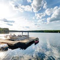 Luxury lake house on beautiful Sunset Bay on White Lake, hotel em Calabogie