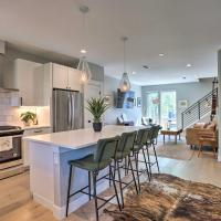 Luxe Sloans Lake Townhome with Rooftop Hot Tub, hotel in Denver