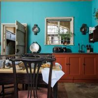 Plum Guide - A History Of Colour, hotel in Wimborne Saint Giles