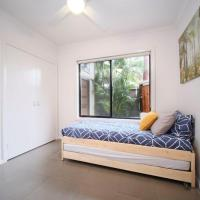 BALI BY THE BAY AT PACIFIC PALMS - BYO Linen, hotel in Smiths Lake