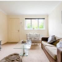 Lovely 1 bedroom maisonette close to Airport, Town and Train Station