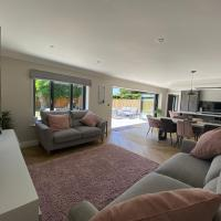Large Luxury 5 Bedroom House with Large Garden and SwimSpa (Pool/Hot Tub) Near Poole, Dorset