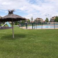 Nuevo! Apartamento con jardin privado y piscina, hotel in Cirueña