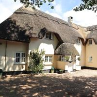 Beautiful Character 5 Bedroom Dorset Thatched Cottage - Great Location - Garden - Parking - Netflix - Fast WiFi - Smart TV - Newly decorated - sleeps up to 10! Only 18 mins drive to Sandbanks Beach! Close to Bournemouth & Poole