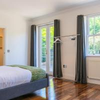 Sought-After Large City Apartment with Free Parking featuring 3 Double Bedrooms with 3 Bathrooms plus Balcony Views and Courtyard Garden in Excellent Location and Great Reviews