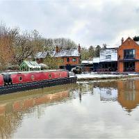 Smoke (Rowington Narrowboats), hotel in Warwick